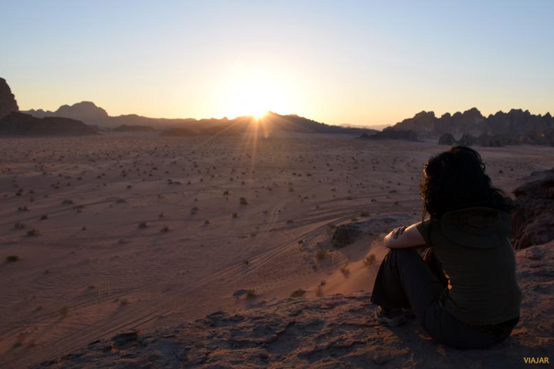 Contemplando-la-puesta-de-sol-en-Wadi-Rum_-Jordania