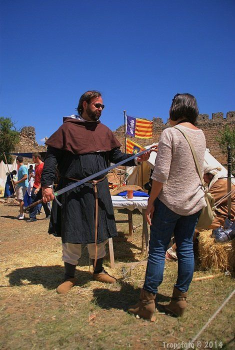 luchador de combate medieval en el castillo de belmonte