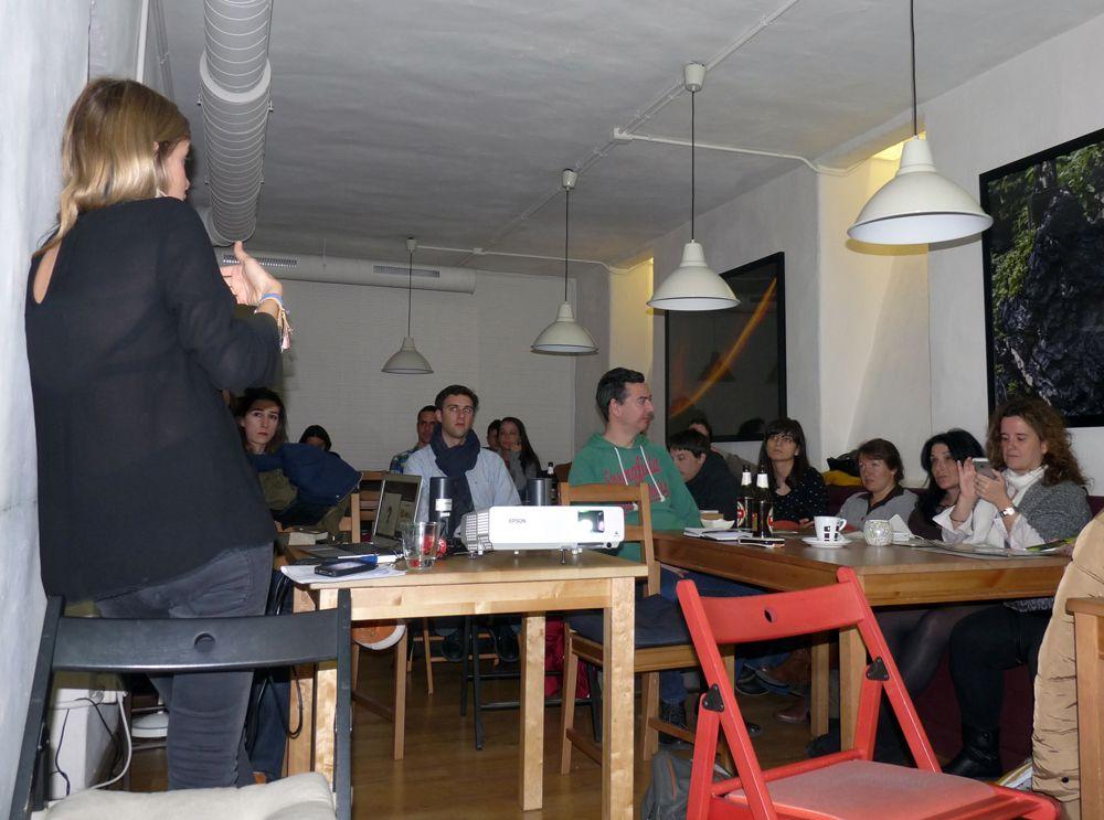 Giovanna Constantini y los miembros de MadridTB en la charla sobre turismo responsable